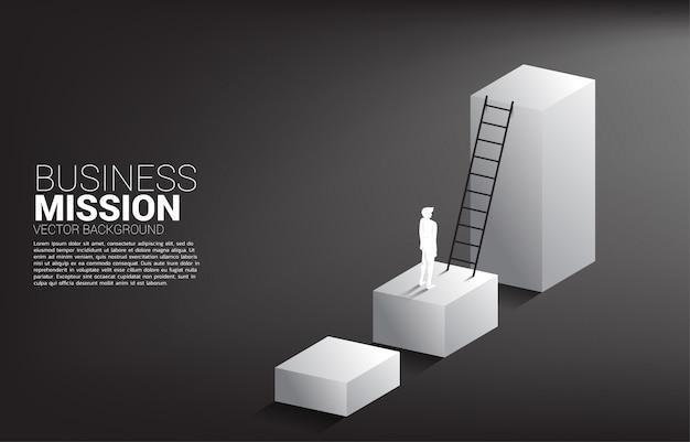 Силуэт бизнесмена готов двигаться вверх на гистограмму с лестницы. концепция видения миссии и цели бизнеса