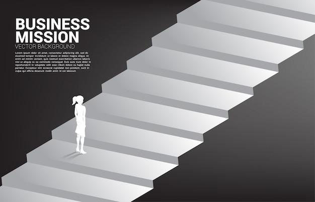 Силуэт бизнесвумен, стоя на лестнице
