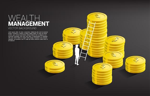 Силуэт бизнесмена стоя с стогом монетки и лестницы.
