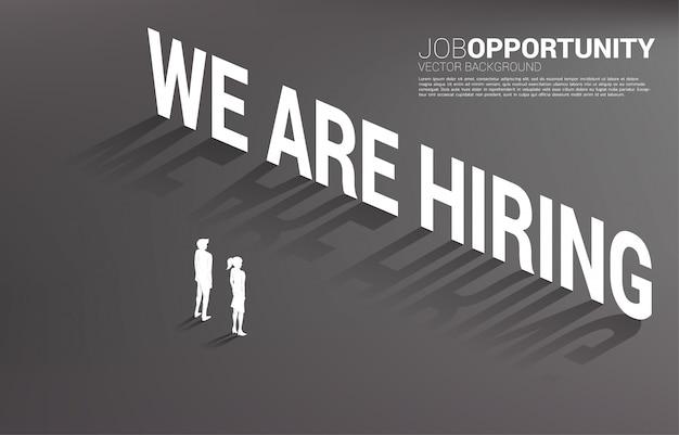 Силуэт бизнесмена и коммерсантки стоя с мы нанимаем текст заголовка. концепция для возможности трудоустройства и карьеры.