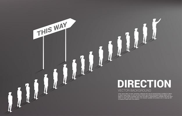 方向を持つビジネスマンキューのシルエットグループ。事業会社とチームの方向性の概念
