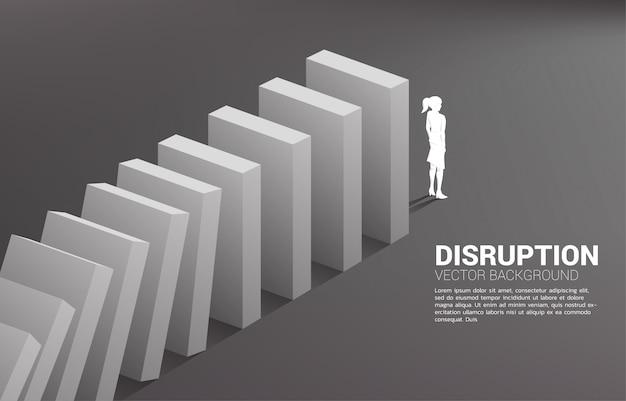 Силуэт коммерсантки стоя в конце краха домино. концепция бизнес-индустрии подорвать