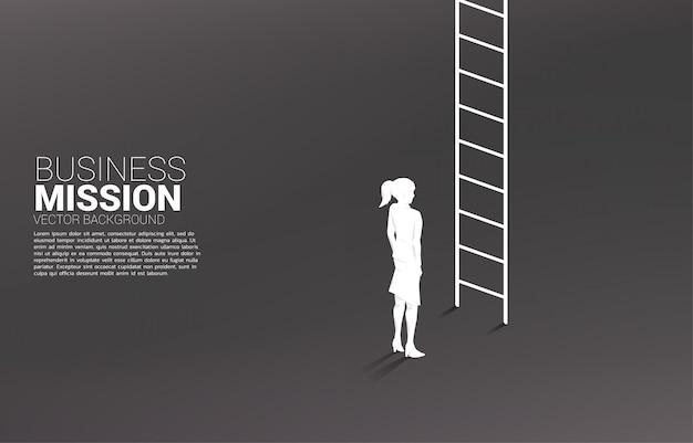 Силуэт предприниматель готов идти вверх с лестницы.