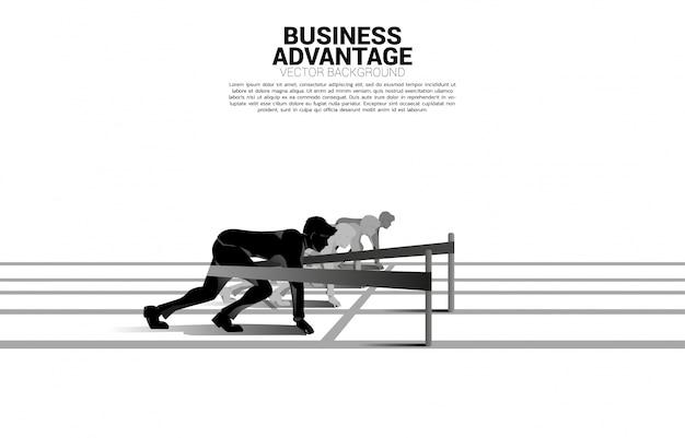 競争とビジネス上の優位性のビジネスコンセプト。カタパルトスリングとスタートラインから実行する準備ができているビジネスマンのシルエットは、レーストラックで撮影しました。