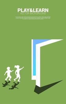 実行中の少年と少女のシルエットは、開いた本からドアを指しています。教育ソリューションの概念。知識の世界。