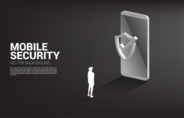 Бизнесмен с мобильного телефона и значок щита защиты. концепция безопасности мобильных охранников и кибербезопасности