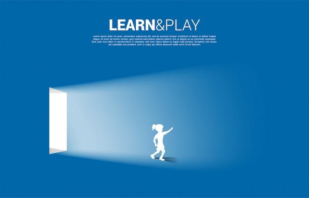 Силуэт девушка работает от двери со светом. концепция образовательного решения.