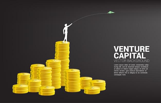 Силуэт бизнесмена выбросить деньги банкноты оригами бумажный самолетик из стека монет деньги. бизнес-концепция начала бизнеса и предпринимателя