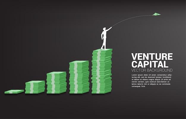 Силуэт бизнесмена выбросить деньги банкноты оригами бумажный самолетик из банкноты стека граф. бизнес-концепция начала бизнеса и предпринимателя