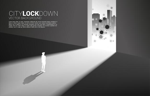Силуэт человека замок вниз внутри здания от вируса снаружи. концепция города блокирует социальное дистанцирование и изоляцию.