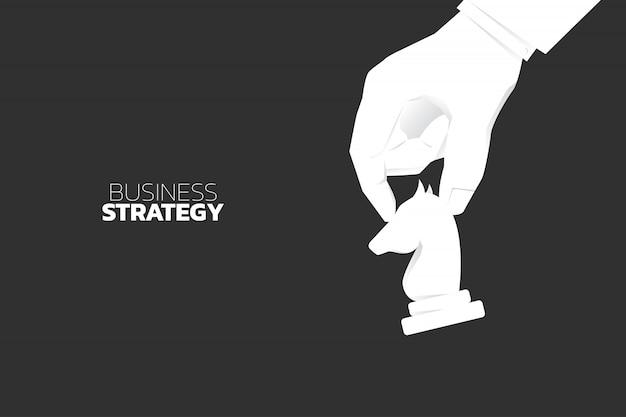 クローズアップ手移動騎士チェスのピース。ビジネス戦略とマーケティング計画のコンセプト