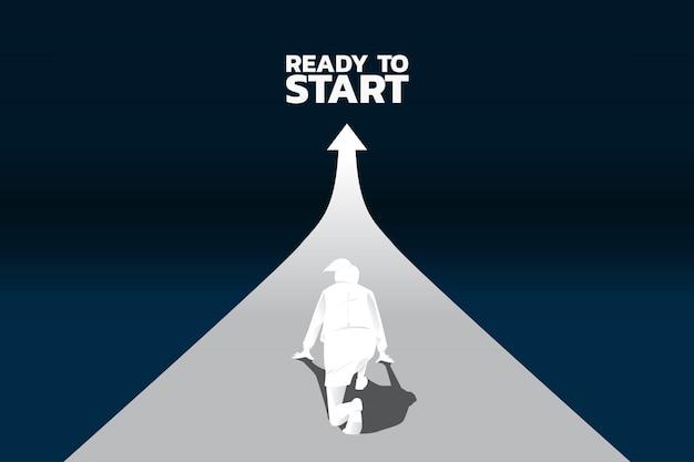 成長しているグラフで実行する準備ができている実業家のシルエット。