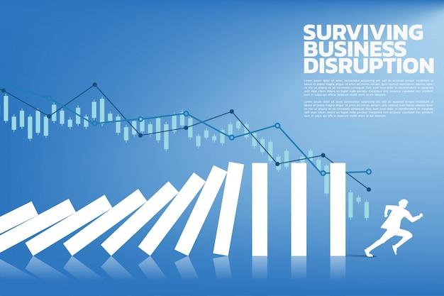 グラフでドミノ崩壊から離れたビジネスマン