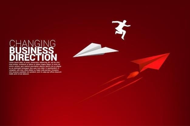 Бизнесмен прыгать с оригами бумажный самолетик