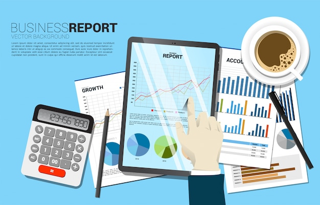 トップビューテーブルの実業家の手が紙と電卓を搭載したタブレットでビジネスグラフレポートをタッチします。デジタルビジネスの成長とトレンドレポートのコンセプト