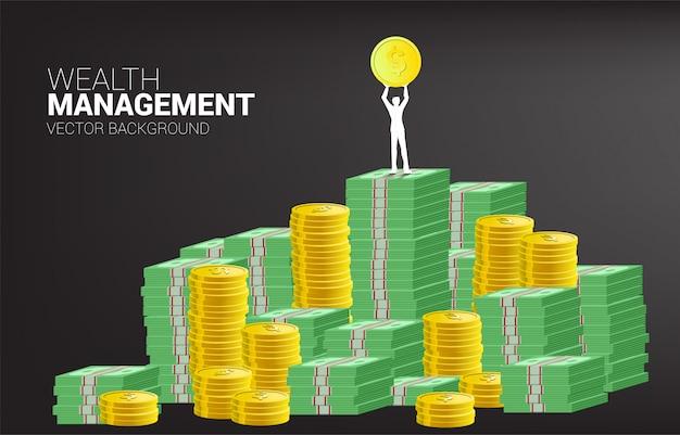 スタックお金コインと紙幣ドルの上に黄金のコインを持ったビジネスマンのシルエット。成功事業とキャリアパスの概念。