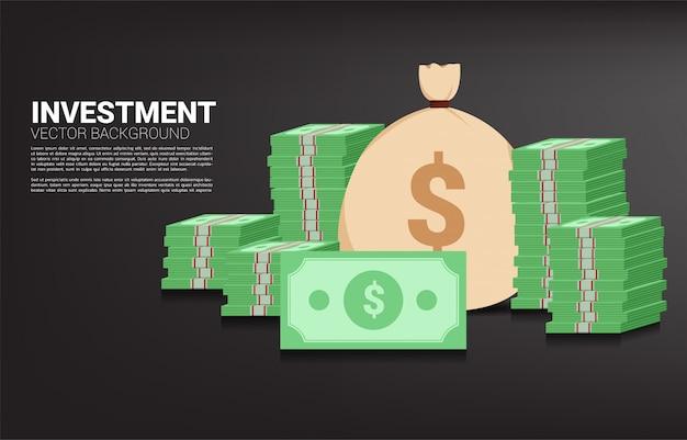 お金の袋と紙幣のスタック。成功への投資と事業の成長の概念