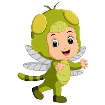 Милый мальчик мультфильм носить костюм стрекозы