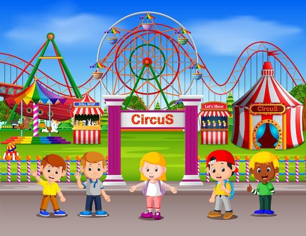 昼間遊園地で楽しむ子供たち