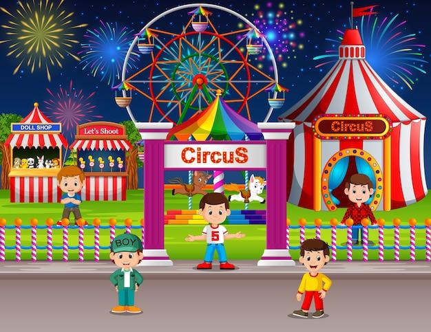 夜に遊園地を楽しむ多くの子供たち