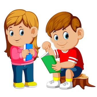 かわいい男の子と女の子は、切手の本を読んで