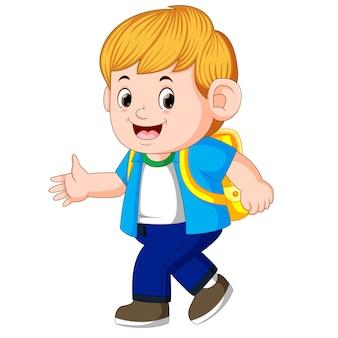 小さな男の子が学校に行く