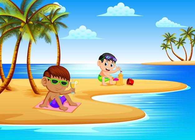 子供たちとの美しい景色は海岸の砂でリラックスして遊んでいます