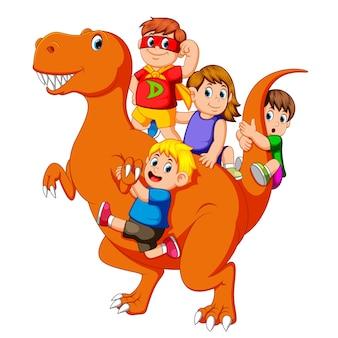 子供たちとそのうちの何人かは衣装を使用し、彼らはティラノサウルスレックスの体に入る