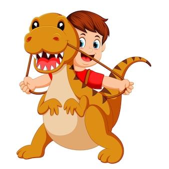 Мальчик с красной тканью, используя костюм тираннозавра рекса и потяните веревку