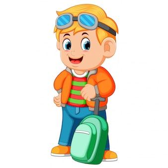 若者が旅行バッグを持ち、グラスを使用する