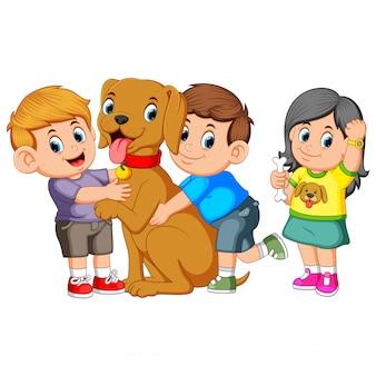 子供は愛情のこもって彼のペットの犬を包みます