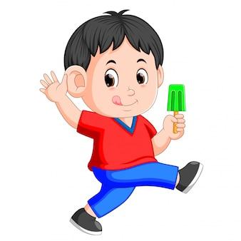 かわいい少年は氷を食べることを楽しむ