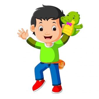 幸せな少年はワニの人形を使っていた