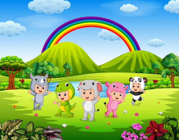 野外で動物の衣装を着た子供たち