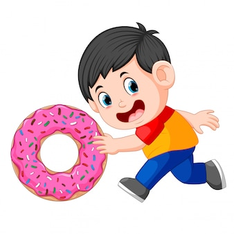 大きなドーナツを押す男の子