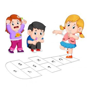 石けり遊びを遊んでいる子供たち