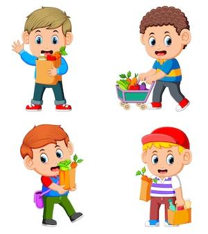 野菜や果物と食料品の買い物袋を保持している若い男のコレクションを設定します。