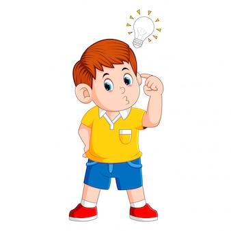 思考の少年と明るい考えを得る