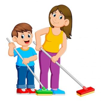 母と息子が床を掃除する