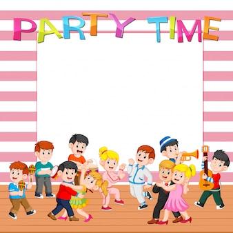 パーティーを持つ人々と紙のテンプレート