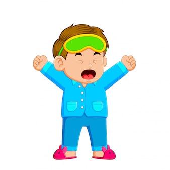 Маленький мальчик проснулся и зевает