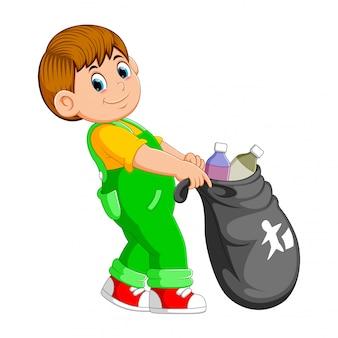 Мужчина несет мешок для мусора