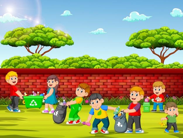 庭を掃除する子供たちのグループ
