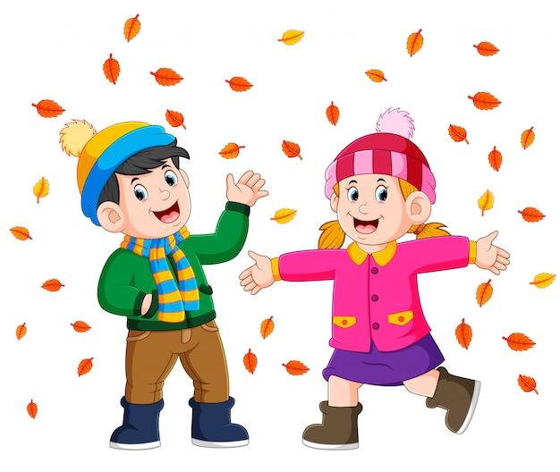 秋の黄金色の秋を楽しむカップル