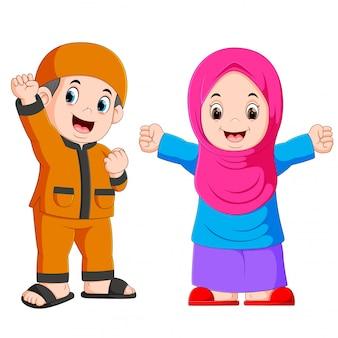 幸せなイスラム教徒の子供漫画の白い背景で隔離