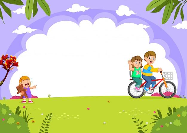 父と母が都市公園で泣いている娘と一緒にサイクリング