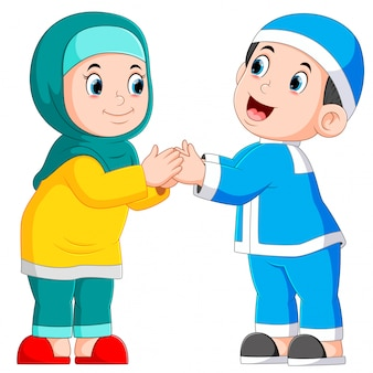 男の子と女の子は、イードムバラクの挨拶をしています。