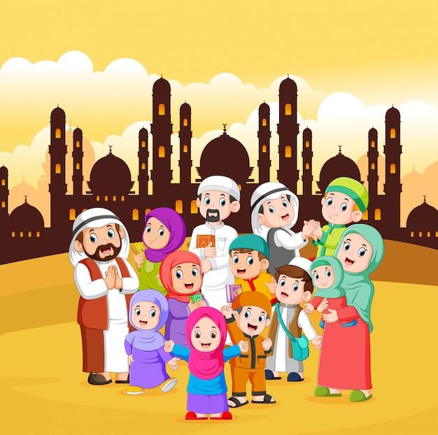 イスラム教徒の人々は黄色い空と街に集まっています