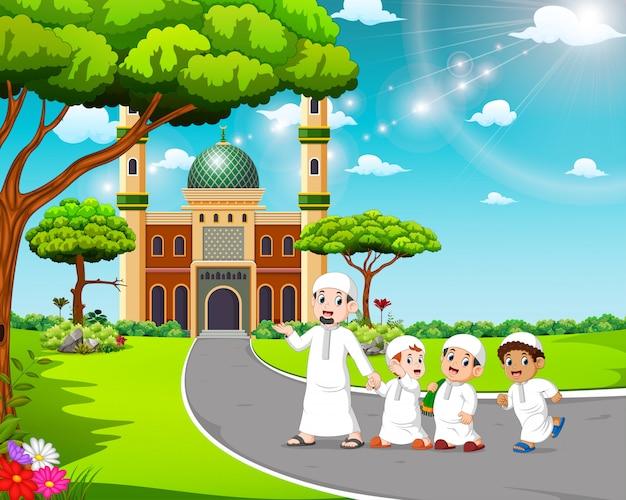 子供たちは父親と一緒にモスクに歩いています。
