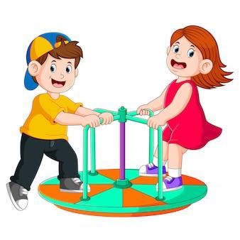 二人の子供が丸いボートで遊んでいます。